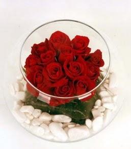 Cam fanusta 11 adet kırmızı gül  Mardin çiçek gönderme