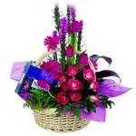 çikolata ve sepette çiçek   Mardin çiçek gönderme sitemiz güvenlidir