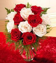 Mardin uluslararası çiçek gönderme  5 adet kirmizi 5 adet beyaz gül cam vazoda