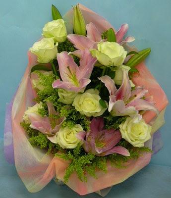 11 adet gül ve 2 adet kazablanka buketi  Mardin internetten çiçek satışı