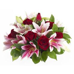 güller ve kazablnaklardan aranjman  Mardin anneler günü çiçek yolla