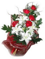 Mardin kaliteli taze ve ucuz çiçekler  5 adet kirmizi gül 1 adet kazablanka çiçegi buketi