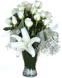 cam içerisinde 11 beyaz gül ve 1 kazablanka  Mardin çiçek siparişi sitesi