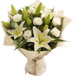 Mardin anneler günü çiçek yolla  3 dal kazablanka ve 7 adet beyaz gül buketi