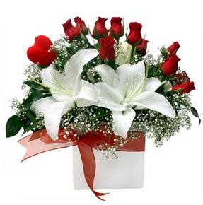 Mardin çiçekçi mağazası  1 dal kazablanka 11 adet kırmızı gül vazosu