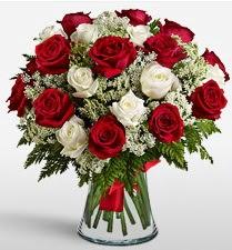Vazoda 12 kırmızı 12 beyaz gül tanzimi  Mardin uluslararası çiçek gönderme