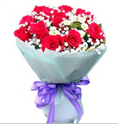 12 adet kırmızı gül ve beyaz kır çiçekleri  Mardin çiçekçi mağazası