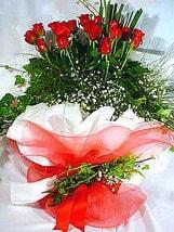 Mardin çiçek satışı  11 adet kirmizi gül beyaz krepte